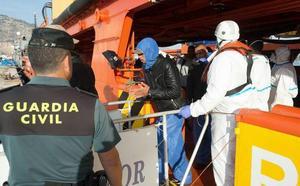 Once inmigrantes llegan en patera al puerto de Cartagena