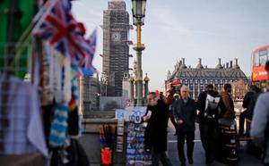 La Policía retiene a un hombre en el patio del Parlamento británico
