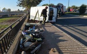 Dos heridos tras quedar atrapados en el interior de una furgoneta en Lorca
