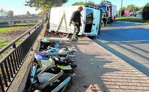 Dos heridos al chocar su furgoneta en Lorca