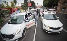 Taxistas de 15 municipios protestan en Murcia para poder operar en el nuevo aeropuerto