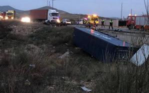 Herida de gravedad una conductora tras el choque entre un turismo y un camión en Yecla