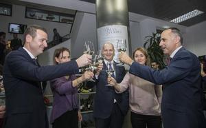 La UPCT embotella 3.000 litros de su vino de uva merseguera