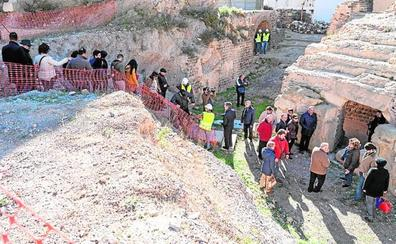 Las primeras 120 personas visitan el Anfiteatro Romano