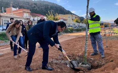 Comienzan a plantar 1.800 árboles de 25 especies en la Vía Verde