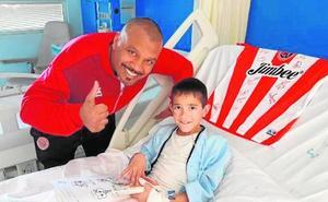 Visita del Jimbee a los niños del Santa Lucia