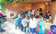 Los escolares conocen el belén viviente de El Raal