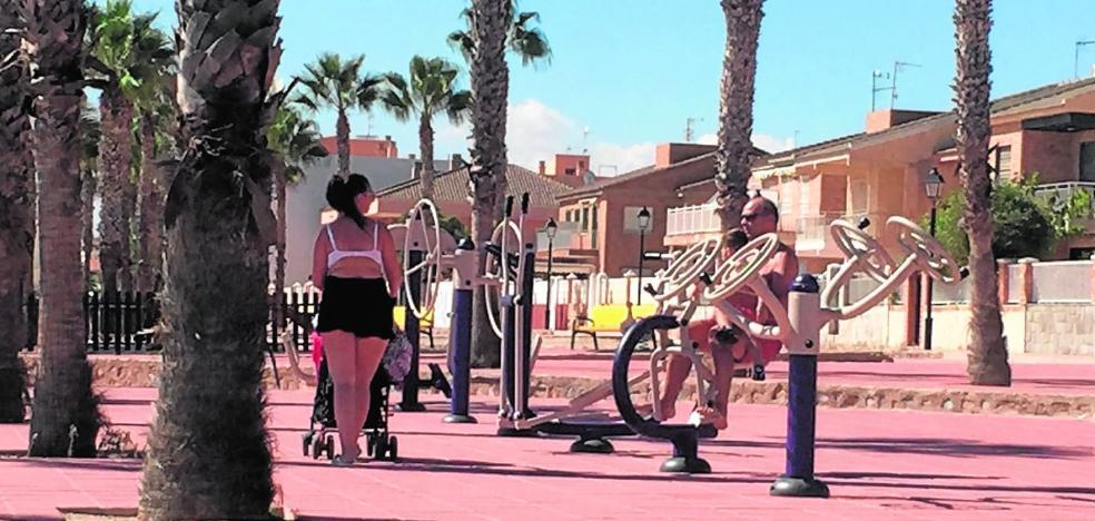 La playa de Las Palmeras estrena el mayor gimnasio al aire libre frente al Mar Menor
