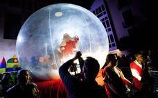 Una bola de nieve trae a Papá Noel a Murcia