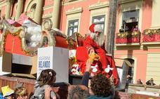 Papá Noel reparte ilusión desde su trineo en Murcia