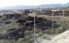 Comienzan la retirada de 60 toneladas de neumáticos acumulados en un vertedero de Campos del Río