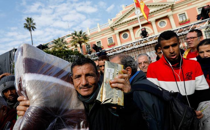 Reparto de mantas para las personas sin hogar de Murcia