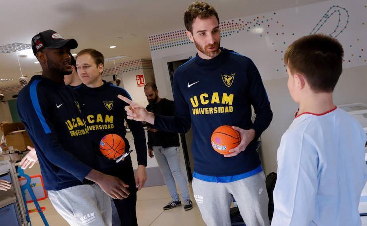 Los jugadores del UCAM CB visitan a los niños del Materno Infantil de La Arrixaca