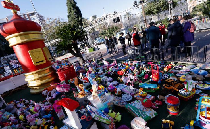 Donan 3.250 juguetes en el árbol de Navidad de la Plaza Circular