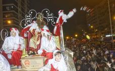 Los Reyes lanzan hoy en Cartagena 18.000 peluches, tres mil caramelos y 65.000 bolsas de gominolas