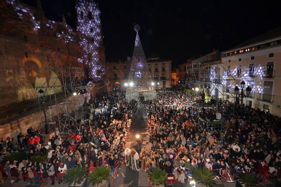 Marionetas y hadas escoltan a los Reyes Magos en Lorca desde La Viña a la Plaza de España