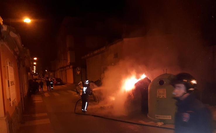 Una oleada de incendios provocados arrasa tres coches y ocho contenedores en Alcantarilla