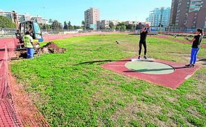 Quejas por el retraso en los trabajos de renovación de la pista municipal de atletismo