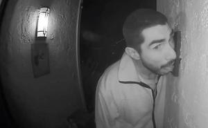 Graban a un hombre chupando el portero automático de una casa durante tres horas