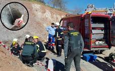 La búsqueda del niño de dos años caído a un pozo en Málaga seguirá toda la noche