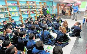 Los escolares conocen a los autores de 'Carla y la lechuga'