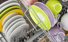 El error que mucha gente comete antes de meter los platos en el lavavajillas