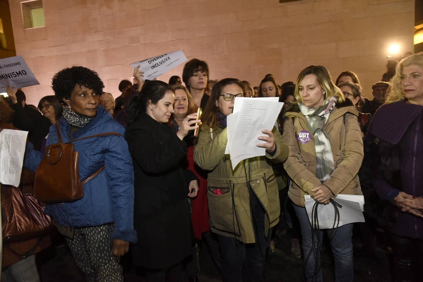 Unas mil personas defienden en Murcia los derechos de la mujer