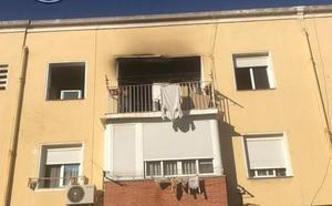 Una mujer sufre intoxicación por inhalación de humo en el incendio de su vivienda en Cartagena