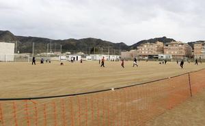 El PSOE denuncia que los campos de fútbol de Los Ramos y San José de la Vega «siguen esperando césped y vestuarios»