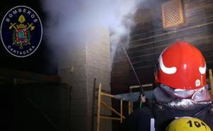 Extinguen el incendio de una casa de madera en Cartagena