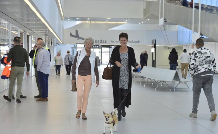 Curiosos y 'curritos' dieron vida al día después de la apertura del aeropuerto de Corvera