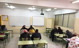 Los alumnos del IES Pedro Guillén de Archena usan mantas en clase por la falta de calefacción