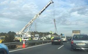 El vuelco de un camión provoca retenciones de varios kilómetros en la A-7 de Murcia
