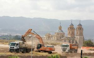 «Han alterado visiblemente el carácter arquitectónico y paisajístico del monumento»