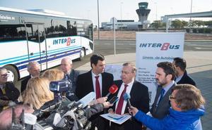 Dos líneas de autobús conectan ya el aeródromo con urbanizaciones y complejos turísticos del Mar Menor