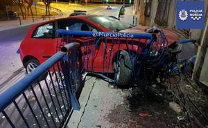Un coche se empotra contra una valla de seguridad en Torreagüera