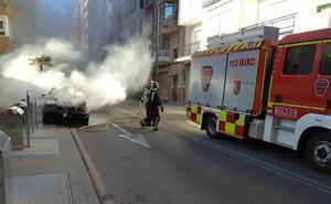 Cortan al tráfico la avenida Juan Carlos I de Lorca por el incendio de un turismo