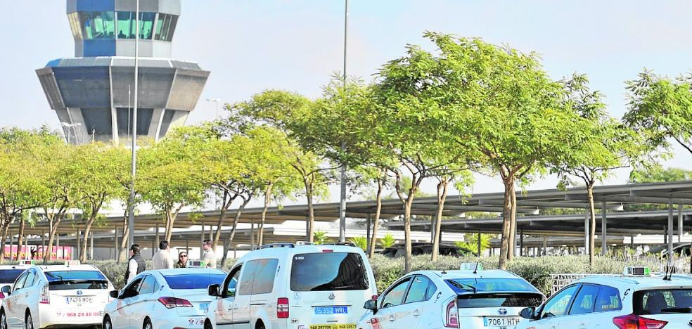 Inquietud entre los taxistas de la Región ante la expansión de Cabify y Uber, que ya están en Elche