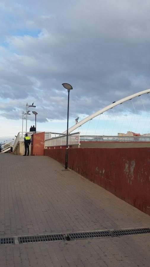 Un hombre amenaza con lanzarse al vacío desde la pasarela Manterola de Lorca