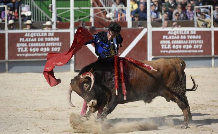 Ramón Serrano corta cuatro orejas en San Javier, con la plaza llena