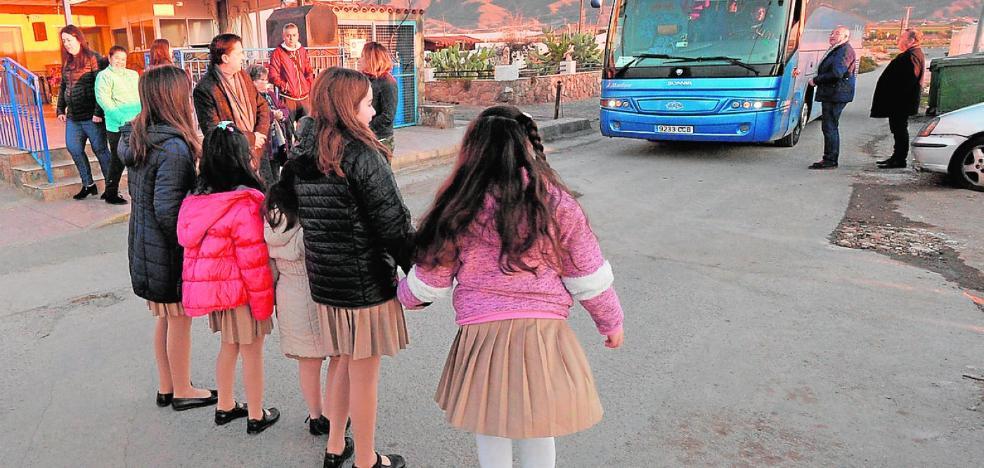 Padres de un colegio concertado de Águilas piden que sus hijos puedan usar el bus escolar