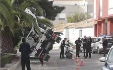 Herido tras volcar su camión grúa en Alhama