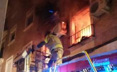 Una persona atendida por inhalación de humo tras incendiarse su piso en Murcia