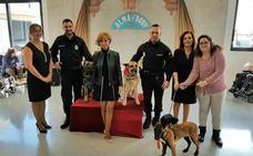 Una concejal casa a dos perros policía en Lorca
