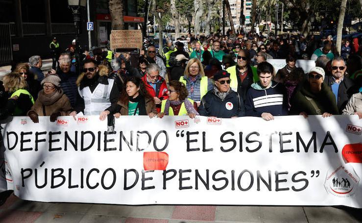 Decenas de jubilados recorren Murcia en defensa del sistema público de pensiones