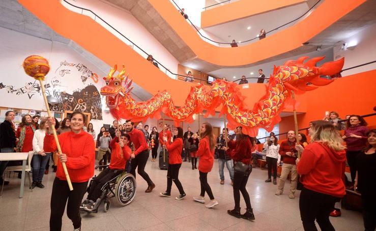 La Escuela Oficial de Idiomas se suma a las celebraciones con el baile del dragón