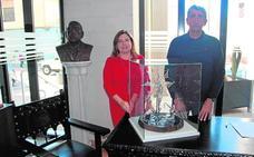 El escultor Rebollo cede una alegoría al municipio