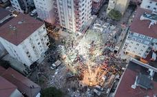 Un muerto y cuatro personas sepultadas al derrumbarse un edificio en Estambul