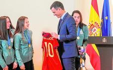 La selección sub-17 de la yeclana Eva Navarro, agasajada por Pedro Sánchez