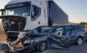 Una violenta colisión entre un camión y dos turismos deja seis heridos en Yecla